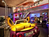 Partyraum: Design-Location mit Motorsportflair